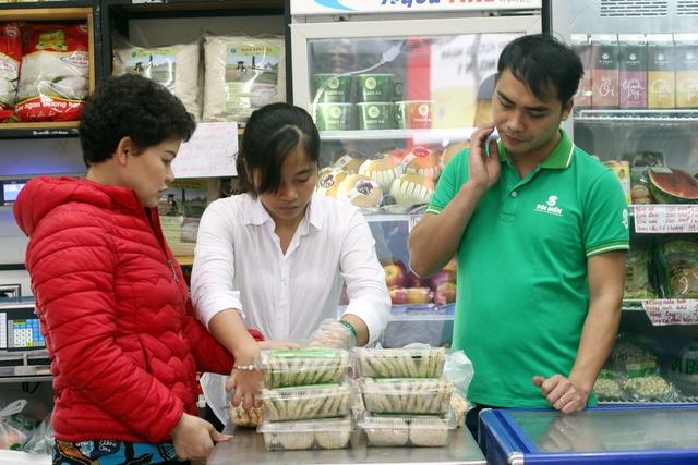 Theo quan sát của phóng viên tại điểm bán 65 Trần Nhân Tông, Hà Nội, khá nhiều bà nội trợ đã chọn Sói Biển là nơi mua thực phẩm. (Ảnh: Trung Hiền/Vietnam+)