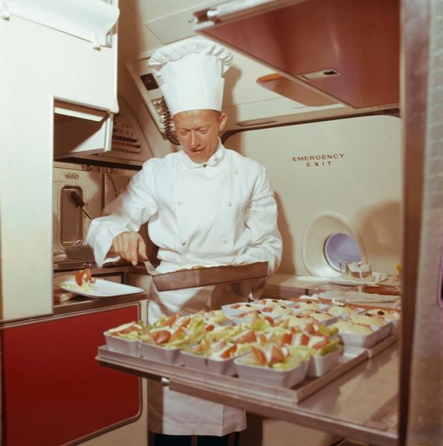 13 bức ảnh cho thấy bữa ăn trên máy bay cách đây 60 năm sang chảnh gấp chục lần ngày nay - Ảnh 10.