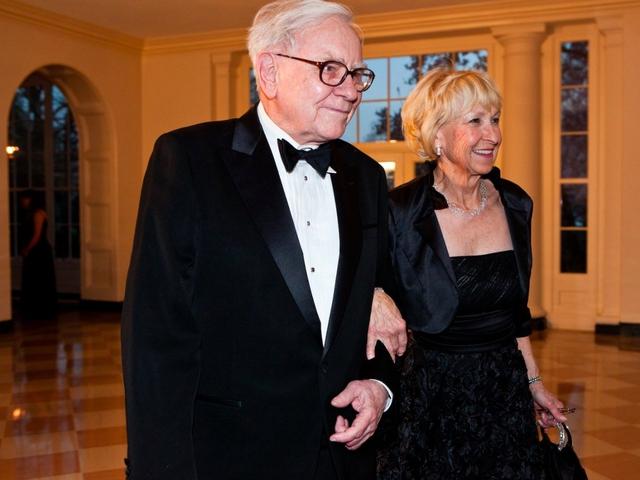 Theo con gái Susie, Buffett đã bắt đầu nghĩ về việc kết hôn với Astrid sau khi Susan qua đời, Ông đã bàn bạc rất nhiều về việc này và quyết định rằng đó là điều mình muốn làm, Susie nói với tờ The New York Times.