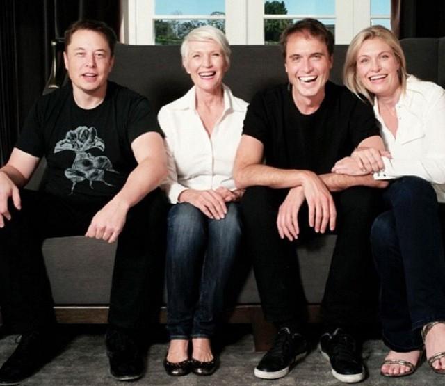 Elon Musk cùng với mẹ và 2 người em của mình.