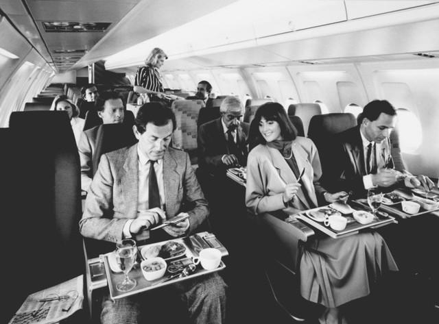 13 bức ảnh cho thấy bữa ăn trên máy bay cách đây 60 năm sang chảnh gấp chục lần ngày nay - Ảnh 12.