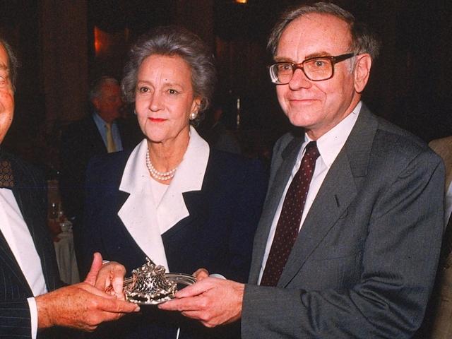 Sau khi công ty của Buffett - Berkshire Hathaway mua cổ phần của Washington Post, chủ nhân tờ báo này và Buffett đã có quan hệ tình cảm, khiến Susan vô cùng tức giận và cũng bắt đầu qua lại với một huấn luyện viên tennis.