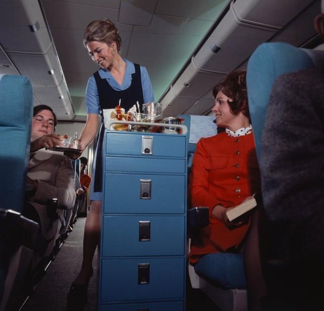 13 bức ảnh cho thấy bữa ăn trên máy bay cách đây 60 năm sang chảnh gấp chục lần ngày nay - Ảnh 13.