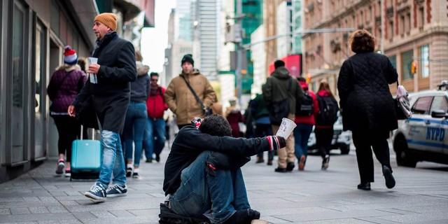 Vì sao đói nghèo không chỉ là vấn đề kinh tế mà còn liên quan đến tâm lý xã hội? - Ảnh 1.