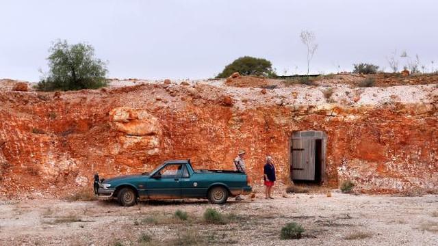 Sợ nóng, người dân rủ nhau xây nhà dưới lòng đất ở Australia - Ảnh 1.