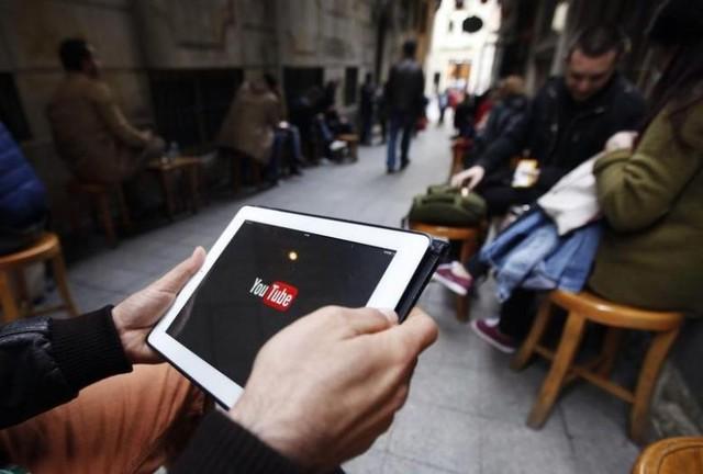 ' Tại một quán cà phê ở Istanbul, một người đàn ông đang cố gắng kết nối với Youtube '