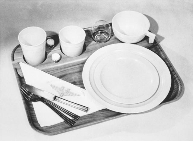 13 bức ảnh cho thấy bữa ăn trên máy bay cách đây 60 năm sang chảnh gấp chục lần ngày nay - Ảnh 2.