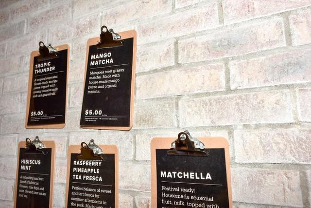 Tại Boba Guys có các bảng hướng dẫn, mô tả cụ thể về từng loại đồ uống để khách lựa chọn.