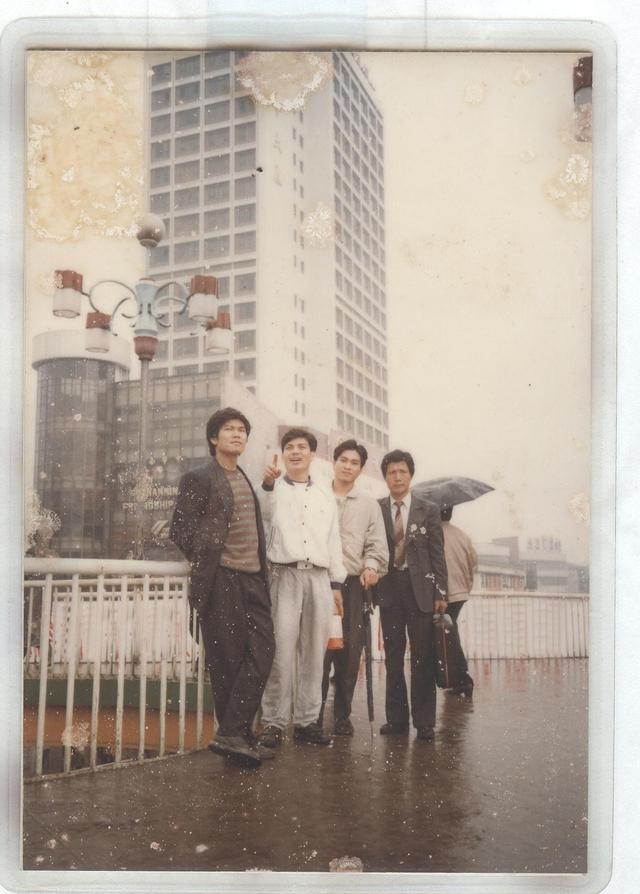 Lần đầu tiên sang nước ngoài khảo sát thị trường. Từ trái sang là: ông Trần Đình Long, ông Nguyễn Ngọc Quang và ông Trần Tuấn Dương.