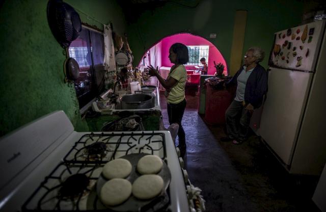 Cuộc đua sinh tồn ở Venezuela: Thực phẩm, thuốc men khan hiếm, mua 1 tách cà phê hay gọi taxi cũng chẳng khác vật lộn trên chiến trường - Ảnh 3.