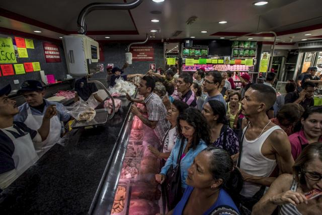 Cuộc đua sinh tồn ở Venezuela: Thực phẩm, thuốc men khan hiếm, mua 1 tách cà phê hay gọi taxi cũng chẳng khác vật lộn trên chiến trường - Ảnh 2.
