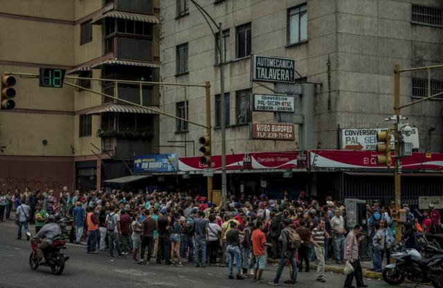 Cuộc đua sinh tồn ở Venezuela: Thực phẩm, thuốc men khan hiếm, mua 1 tách cà phê hay gọi taxi cũng chẳng khác vật lộn trên chiến trường - Ảnh 4.