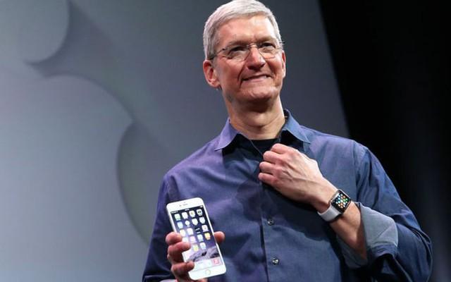 Tim Cook với chiếc đồng hồ AppleWacth.