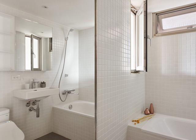 Điểm thú vị của phòng tắm này là có tới 3 chiếc gương, một chiếc được cố định vào cửa hướng ra bếp, một chiếc đối diện bồn rửa và chiếc tủ chứa đồ dùng phòng tắm cũng được ốp gương.