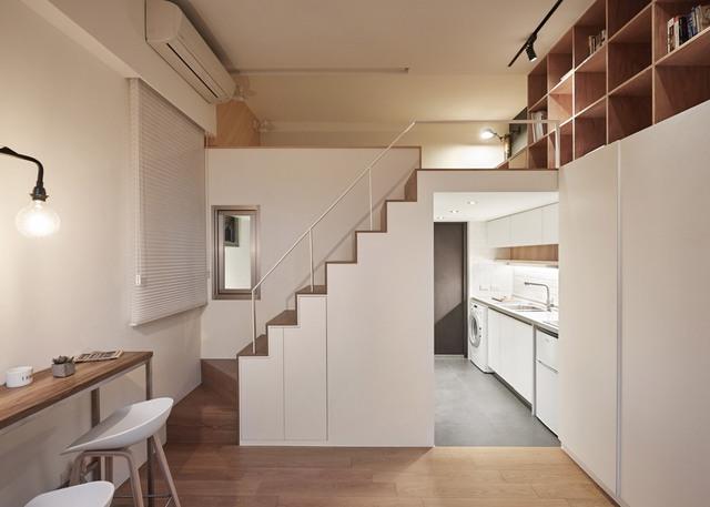 Hướng nhìn từ cửa vào bên trong, diện tích nhỏ khiến nhóm thiết kế phải tối ưu hoá tối đa những vật dụng trong căn hộ này.