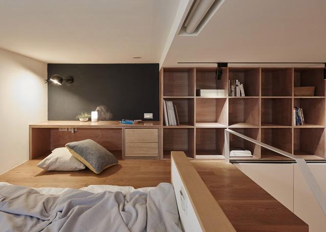 Đối diện giường ngủ là bàn đọc sách, làm việc buổi tối. Một vài ô kệ được thiết kế ở vị trí dễ lấy phục vụ cho mục đích đọc sách vào buổi tối. Bàn đọc sách có thể được sử dụng làm kệ TV cho việc giải trí.