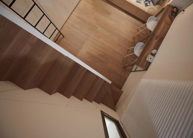 Cầu thang lên tầng 2 được bố trí giữa căn nhà. Vì không có nhu cầu sử dụng lớn nên tầng 2 được thiết kế nhỏ, tạo mặt thoáng và cảm giác rộng rãi hơn cho cả căn hộ.