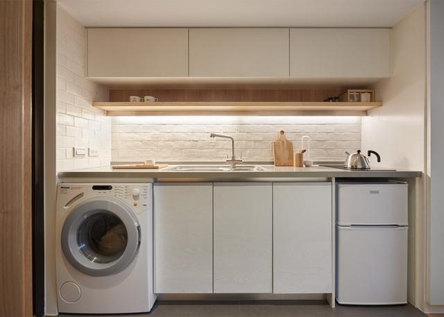 Khu vực bếp tiện nghi tới không ngờ, tất nhiên do kích thước nhỏ nên các vật dụng trong căn nhà đều không quá lớn.