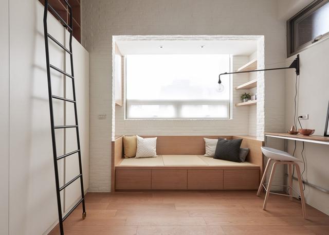 Phía bên phải tủ quần áo là khu vực ghế kiêm giường nhỏ để nghỉ ngơi hoặc tiếp khách. Chiếc ghế này cũng được thiết kế với các hộc chứa đồ để tối ưu hoá nhu cầu lưu trữ đồ đạc của chủ nhân. Bên phải là bàn làm việc, đọc sách đa năng.
