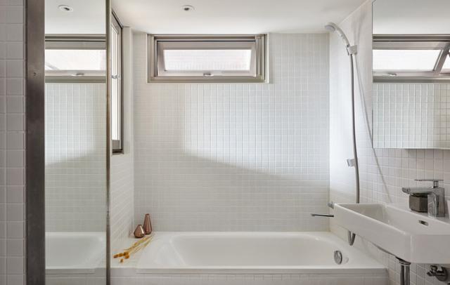 Khu vực phòng tắm với một bồn tắm cỡ trung, nhóm thiết kế sử dụng bồn tắm thay vì tắm đứng để giúp chủ nhân căn hộ thư giãn tốt nhất sau những giờ làm việc kéo dài.