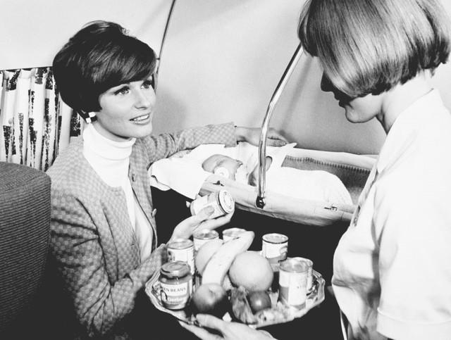 13 bức ảnh cho thấy bữa ăn trên máy bay cách đây 60 năm sang chảnh gấp chục lần ngày nay - Ảnh 3.