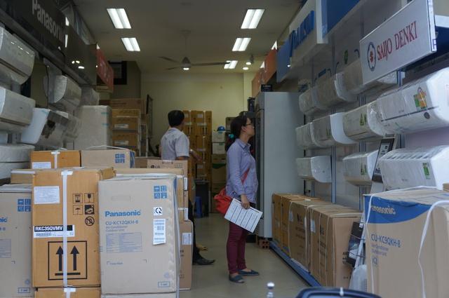 Bán điều hoà: Nắng nóng cao điểm ở Hà Nội khiến người dân bức bối, khổ sở trong khi đây lại là mùa bội thu của dịch vụ bán những sản phẩm giải nhiệt, đặc biệt là điều hoà. Với mức rẻ hơn so với các siêu thị điện máy, các cửa hàng điện lạnh luôn trong tình trạng cháy hàng.