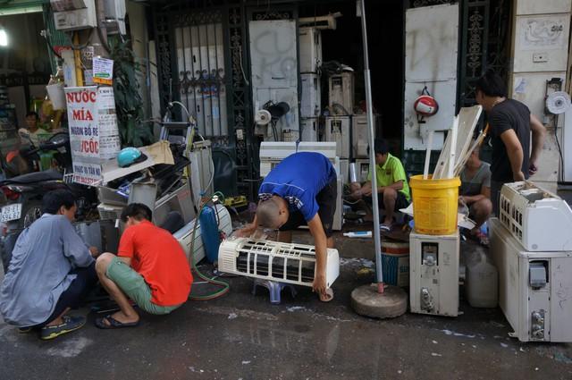 Sửa điều hoà, bơm khí ga: Các dịch vụ sửa chữa điều hòa, máy lạnh trên phố Trần Hữu Tước cũng tấp nập hơn so với thường ngày.