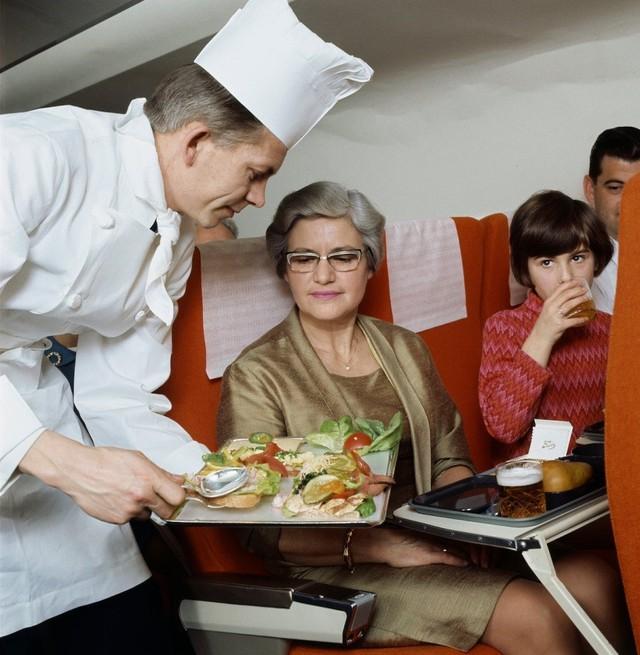 13 bức ảnh cho thấy bữa ăn trên máy bay cách đây 60 năm sang chảnh gấp chục lần ngày nay - Ảnh 5.