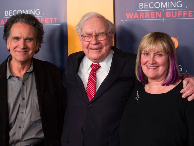 Các con của Buffett lo lắng rằng ông sẽ không thể sống được nếu thiếu mẹ. Tôi đã rất lo lắng rằng ông ấy không thể sống bình thường, Susie Buffett nói.