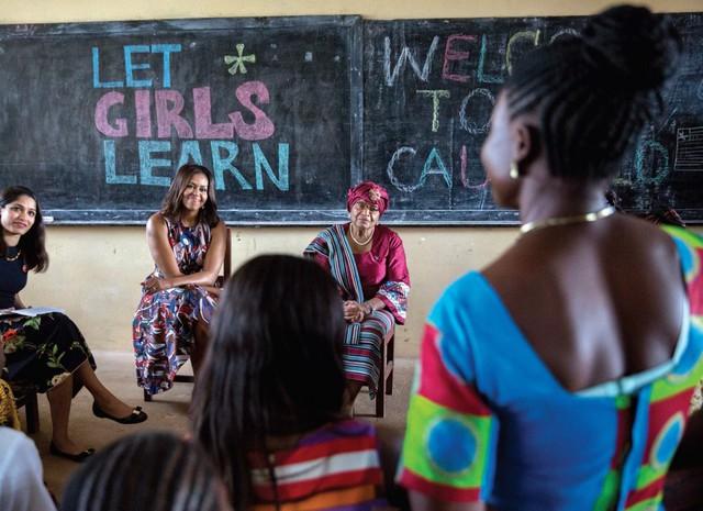 Bà Michelle Obama đang tham gia vào buổi thảo luận cùng với tổng thống Ellen Johnson Sirleaf của Liberia, nữ diễn viên Freida Pinto và các học sinh tại trường trung học R.S. Caufield, Liberia.