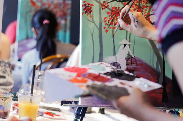 Người tham gia tự tay pha màu, chọn màu để sáng tạo bức tranh của riêng mình.