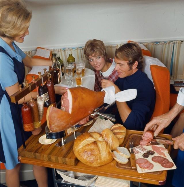 13 bức ảnh cho thấy bữa ăn trên máy bay cách đây 60 năm sang chảnh gấp chục lần ngày nay - Ảnh 6.