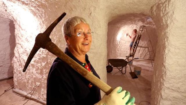 Sợ nóng, người dân rủ nhau xây nhà dưới lòng đất ở Australia - Ảnh 2.