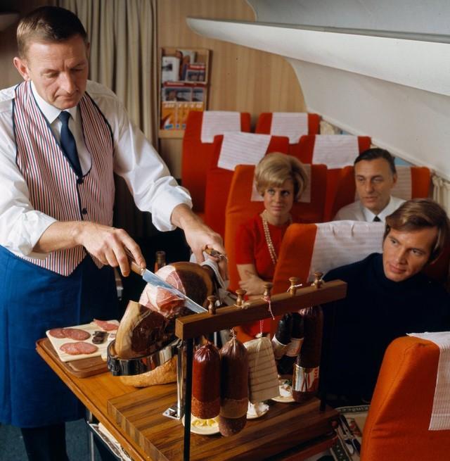 13 bức ảnh cho thấy bữa ăn trên máy bay cách đây 60 năm sang chảnh gấp chục lần ngày nay - Ảnh 7.
