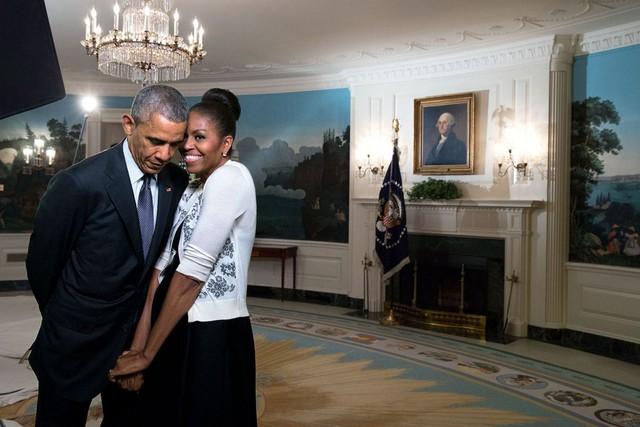 Biểu cảm tự nhiên của Tổng thống Obama và bà Michelle Obama phía sau những giờ phút căng thẳng trong phòng họp báo của Nhà Trắng.
