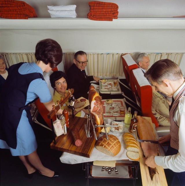 13 bức ảnh cho thấy bữa ăn trên máy bay cách đây 60 năm sang chảnh gấp chục lần ngày nay - Ảnh 8.