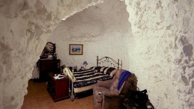 Sợ nóng, người dân rủ nhau xây nhà dưới lòng đất ở Australia - Ảnh 3.