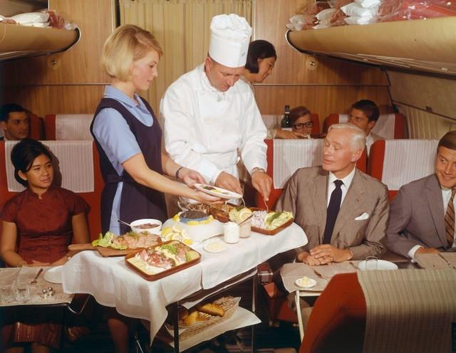 13 bức ảnh cho thấy bữa ăn trên máy bay cách đây 60 năm sang chảnh gấp chục lần ngày nay - Ảnh 9.