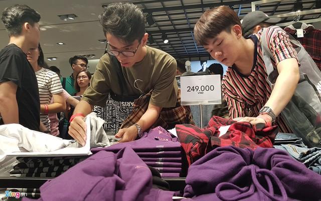 Cảnh tượng tréo ngoe ở H&M và sự đổ bộ của cơn bão fast fashion ở Việt Nam - Ảnh 2.