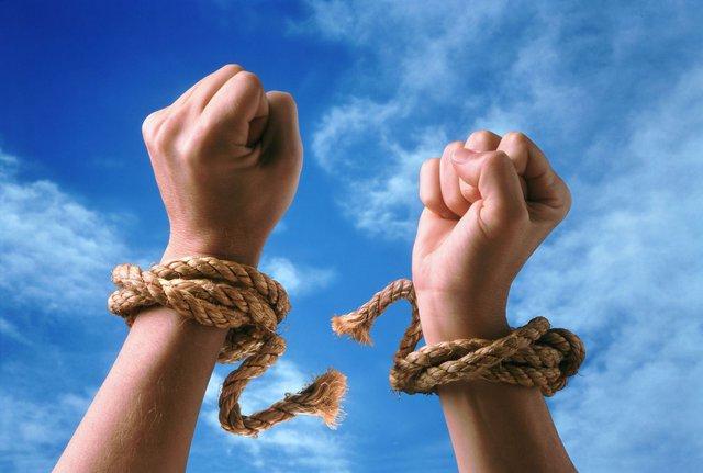 Trong cuộc sống con người, ai cũng có những gông cùm vô hình, người thành công là người nỗ lực, cố gắng thoát khỏi nó để làm điều khác biệt.