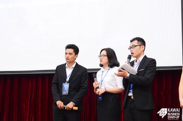 Ảnh 10: Đội thi ItBee trong phần phản biện với Hội đồng Ban giám khảo.