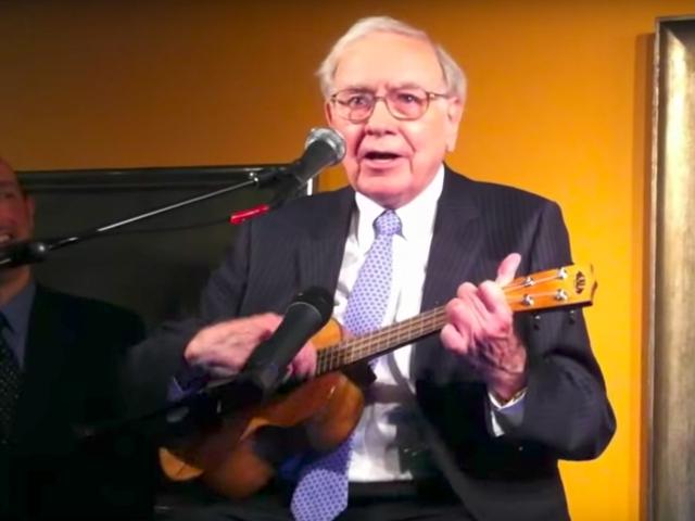 Trước khi gặp Susan, vào năm 1949, Buffett đã cố gắng chiếm lấy trái tim của một phụ nữ tên là Betty Gallagher. Khi đó, người này đang hẹn hò với một người chơi đàn Ukulele, vì vậy Buffett cũng cố học nhạc cụ này.