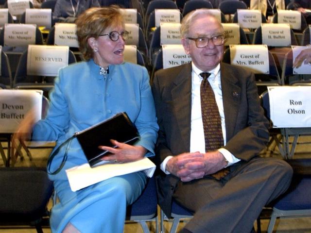 Tỷ phú Warren Buffett và mối nhân duyên kỳ lạ với 3 cuộc hôn nhân - Ảnh 1.