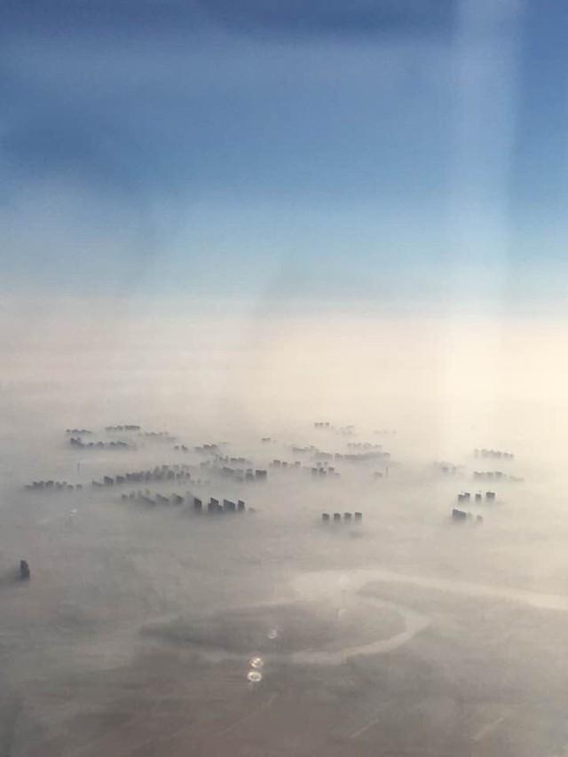 Khó có thể nhìn thấy thành phố Bắc Kinh từ trên cao vì lớp sương mù ô nhiễm dày đặc.