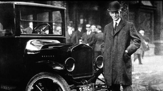 Henry Ford bên cạnh chiếc Model T do ông thiết kế.