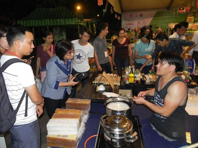 Nhiều khách hàng quan tâm đến gian hàng của Chung tại hội chợ.
