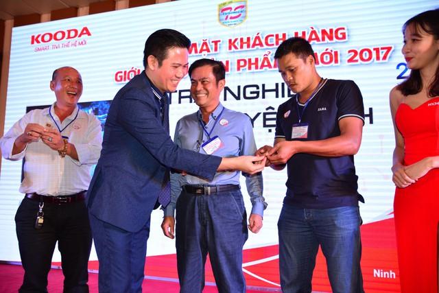 Ông Phạm Văn Tam trao vàng cho khách hàng tại các chương trình hội nghị