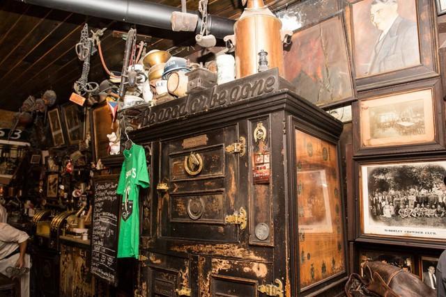 Trong thời kì cấm vận, bia của McSorley được sản xuất trong những bồn tắm được giấu ở hầm rượu.