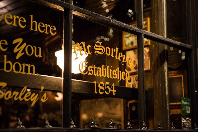 Câu khẩu hiệu quen thuộc của quán: Chúng tôi ở đây trước cả khi bạn ra đời đánh dấu mốc thời gian quán mở năm 1854.