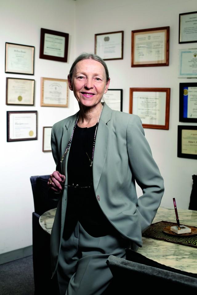 Bác sĩ Elaine Larson.